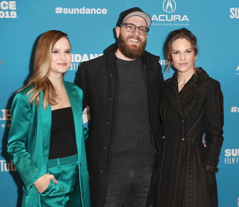 Clara Rugaard sammen med Hilary Swank og instruktør Grant Sputore til premieren på 'I Am Mother'.