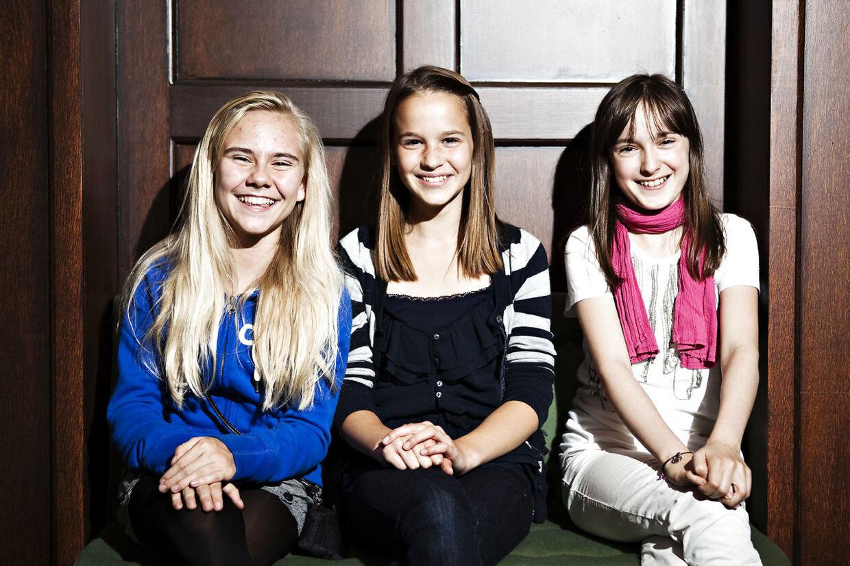 En 13-årig Clara Rugaard (i midten) fotograferet i forbindelse med rollen som Annie i musicalen af samme navn. Rollen delte hun med Anna Aunbirk (tv.) og Mira Balloli.