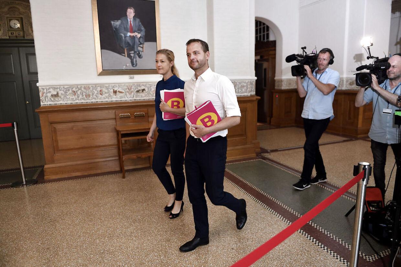 Morten Østergaard og Sofie Carsten Nielsen (RV) ankommer til regeringsforhandlinger med Socialdemokratiet på Christiansborg, onsdag den 19. juni 2019. (Foto: Tariq Mikkel Khan/Ritzau Scanpix)