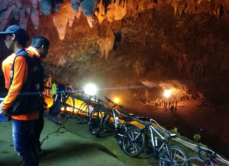Drengenes cykler var parkeret ved indgangen til grotten.