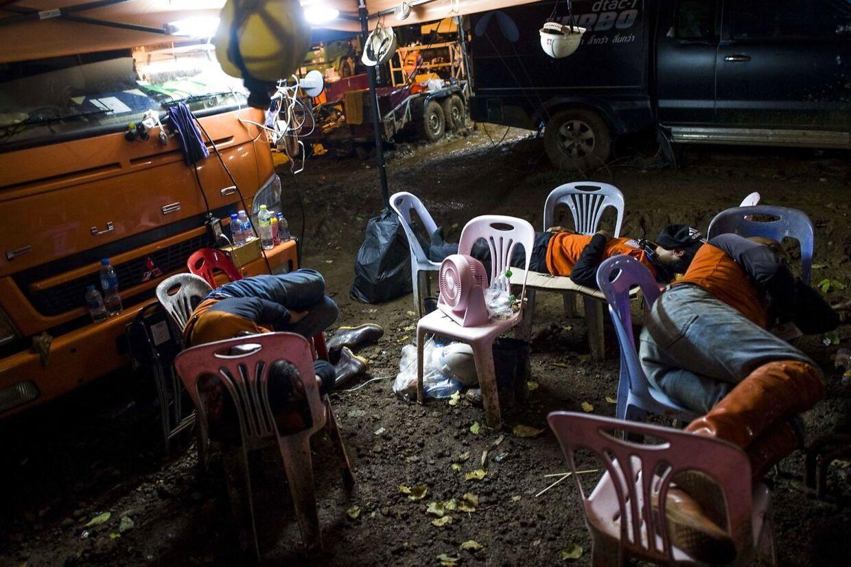Mange tusinde frivillige er taget til grrotten for at hjælpe.