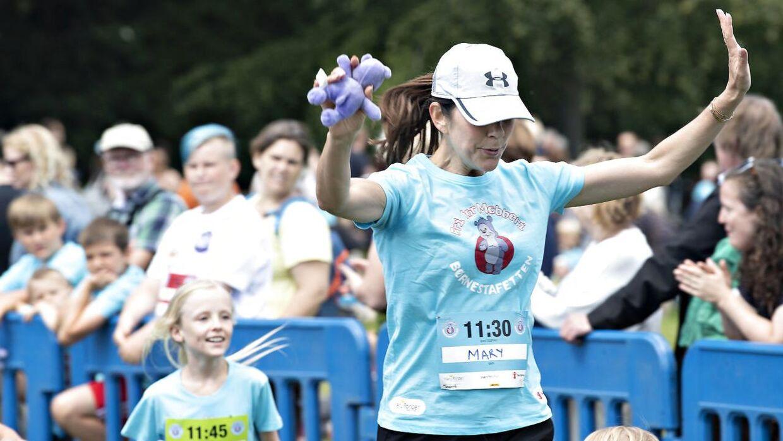 Kronprinsesse Mary løb samtlige fire runder, der hver var én kilometer lang, i stafetten. I hver runde deltog 500 børn samt flere forældre. (Foto: Jens Nørgaard Larsen/Ritzau Scanpix)