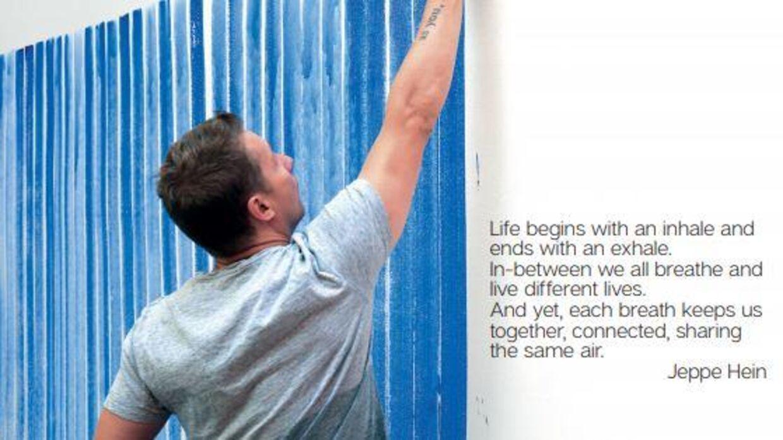 Kunstner Jeppe Hein viser, hvordan man maler sit åndedræt med blå streger.