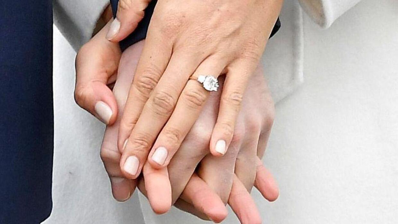 Sådan så hertuginde Meghans forlovelsesring ud, da parret mødte pressen tilbage i november 2017.