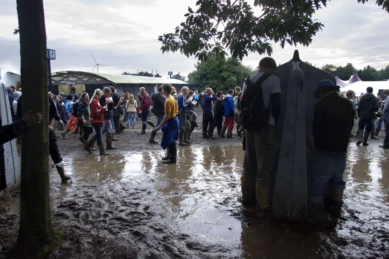 Retteligt skal det siges, at det formentlig blot er regn på billedet. Men når det kommer til pludseligt opståede søer på Roskilde Festival, så vær altid skeptisk.