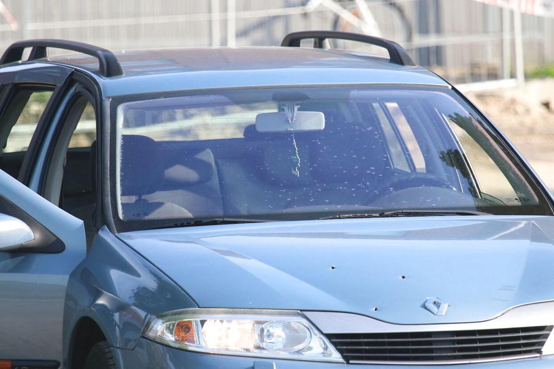 En Renault på svenske nummerplader blev gennemhullet af skud i forbindelse med skyderiet tirsdag eftermiddag i Herlev, som kostede to svenske mænd livet.