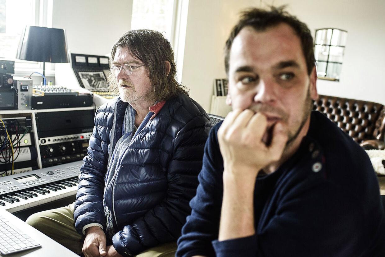 Lars Pedersen aka Chief1 sammen med én af hans mange kendte klienter i studiet i Vanløse, Johnny Madsen.