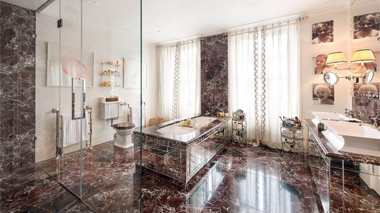 Her ses hjemmets største badeværelse.