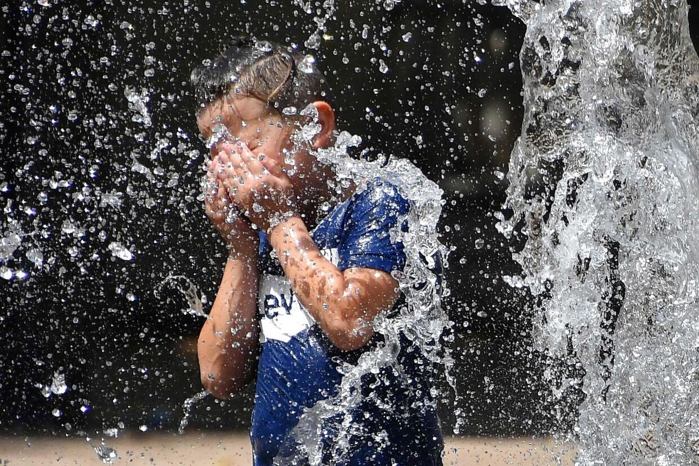 Frankrig oplever en rekordvarm hedebølge. Fredag blev der 45,1 grader - landets højeste temperatur nogensinde.
