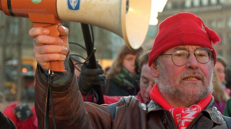 8d145e96 Læge og lokalpolitiker Lars Hutters er død. På billedet ses Hutters  demonstrere mod de bebudede