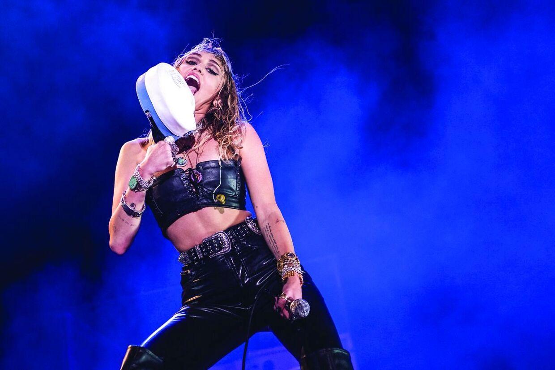 Miley Cyrus er kendt for at slikke på ting, så selvfølgelig skulle huen også have en tur.