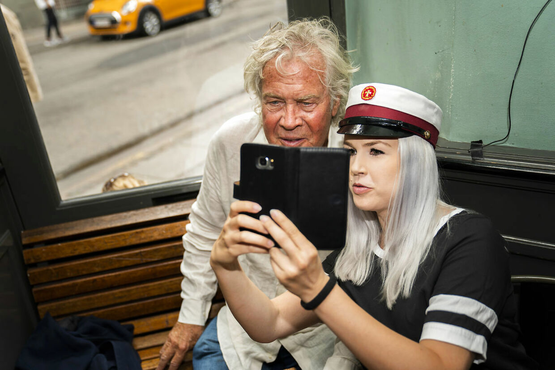 En student får taget en selfie sammen med Jørgen Leth efter pressemødet.