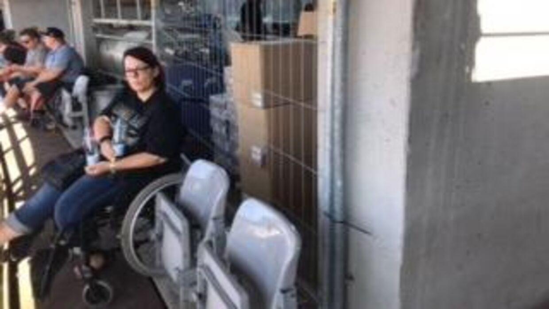 Mette Hansen sad klemt mellem hegnet til en bar og et gelænder. Hun kunne ikke bevæge sig, fordi hun var klemt ind mellem to klapstole, siger hun. (Privatfoto)