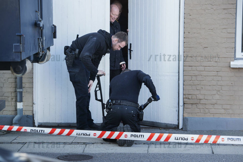 Politiinspektør Kim Kliver og to betjente undersøger et hus på Tårnborgvej for femte gang. Ransagningen blev foretaget, efter to betjente mente at kunne høre den forsvundne teenager Emilie Meng på en ulovlig aflytning.