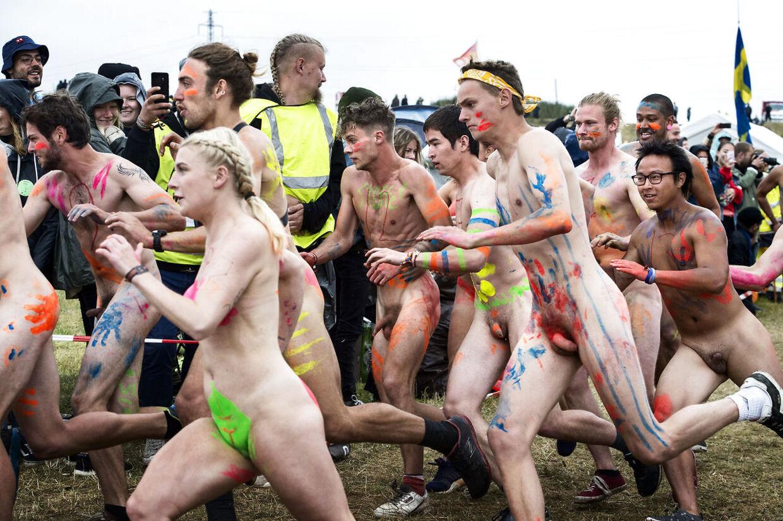 """Roskilde Festival Nøgenløb 2019 #thenakedrun afholdes torsdag den 4. juli 2019. Ruten går rundt i Dream City og er ca. 300-600 meter lang. Det har varieret lidt, i de år det er blevet afholdt. Det er ikke længere Roskilde Festival, der står for arrangementet. Det er istedet en række lejre i det såkaldte """"Dream City""""-område, der varetager løbet."""
