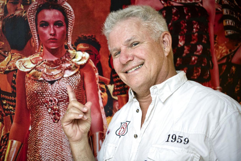 Anders Bircow foran fotoet fra 'Nilens stjerne', som hans datter Sohia spillede en af hovedrollerne i.