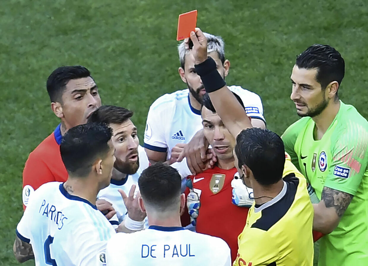 Paraguayan referee Mario Diaz de Vivar shows the red card to Argentina's Lionel Messi and Chile's Gary Medel during the Copa America football tournament third-place match at the Corinthians Arena in Sao Paulo, Brazil, on July 6, 2019. (Photo by EVARISTO SA / AFP)