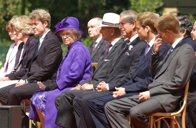 Prinsesse Dianas søskende, Sarah McCorquodale, Jane Fellowes og Earl Spencer, til venstre i billedet ved afsløringen af et mindesmærke for den afdøde prinsesse i 2004. Til højre ses Dianas sønner, William og Harry.