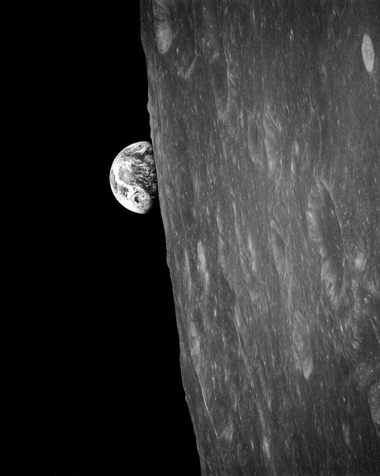 Jorden står op over Månen. Det legendariske billede blev taget af astronauter om bord på Apollo 8-missionen den 24. december 1968. Det er det første billede nogensinde af Jorden taget af et menneske i kredsløb om Månen. Foto: (NASA)