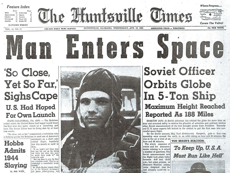 Den sovjetiske astronaut Jurij Gagarin rammer de amerikanske forsider den 12. april 1961. Han bliver det første menneske, der rejser ud i rummet. Han er 108 minutter om at nå omkring hele kloden. (Photo AFP)