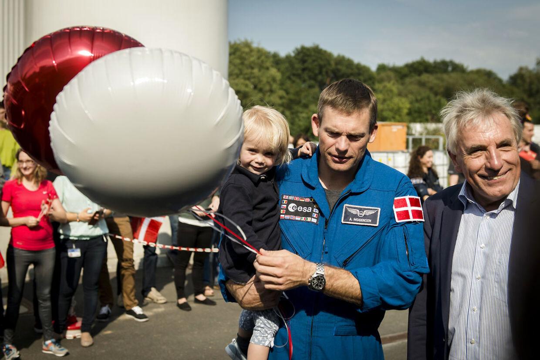 ESA-astronaut Andreas Mogensen bliver modtaget i Køln, kort efter han er kommet tilbage fra den internationale rumstation ISS. Andreas' kone, Cecilie, og datteren Emily på to år venter spændt. Lørdag den 12. september