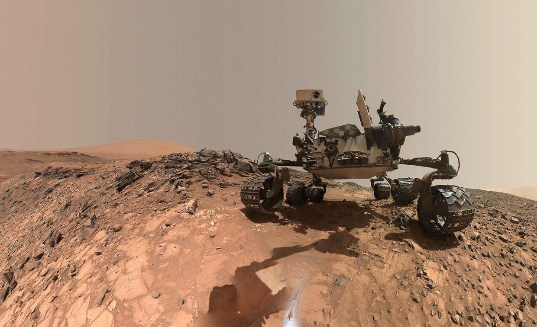 Der har endnu ikke været mennesker på Mars, men Nasa har landet Curiosity Mars-køretøjet på den røde planet. Her indsamler den prøver og sender data tilbage til Jorden. I 2018 frigav Nasa denne 'selfie', som roveren tog med sin robotarm (som siden er redigeret væk i billedbehandlingen). Foto: AFP PHOTO / NASA
