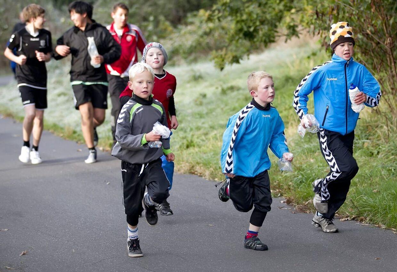 Om du løber med armene bøjet, eller du lader dem hænge, betyder intet for mængden af energi, du bruger, viser nyt, mindre studie.