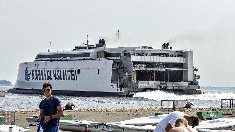 En af Molslinjens gamle færger har fået påskrevet Bornholmslinjen. Siden selskabet overtog færgedrift til Bornholm, er kritikken væltet ned over selskabet.