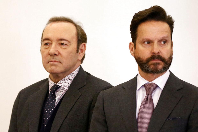 Kevin Spacey og hans advokat, Alan Jackson, møder op til mandagens retsmøde i Nantucket, Massachusetts.