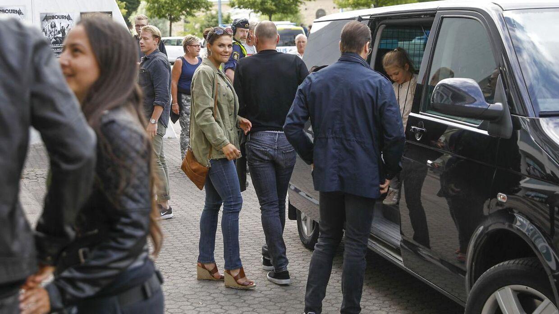 Prinsesse Estelle på vej ud af bilen før koncerten med Metallica.
