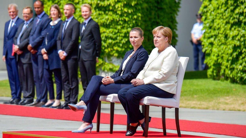 Angela Merkel valgte at sidde ned under besøget i Danmark.
