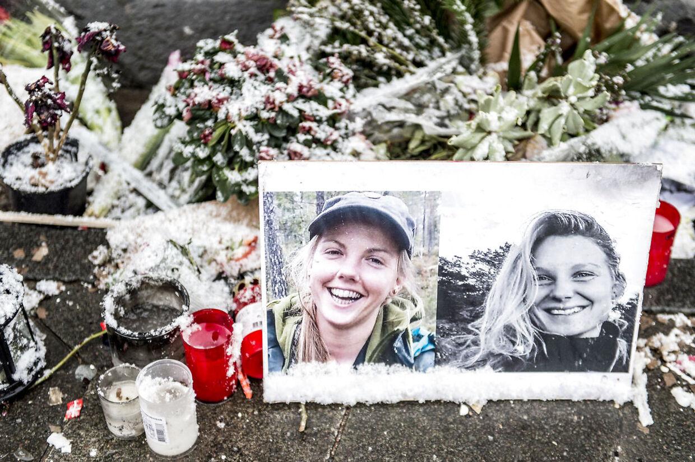 Blomster og billeder til minde om 24-årige Louisa Vesterager Jespersen og 28-årige Maren Ueland foran Københavns Rådhus i januar.