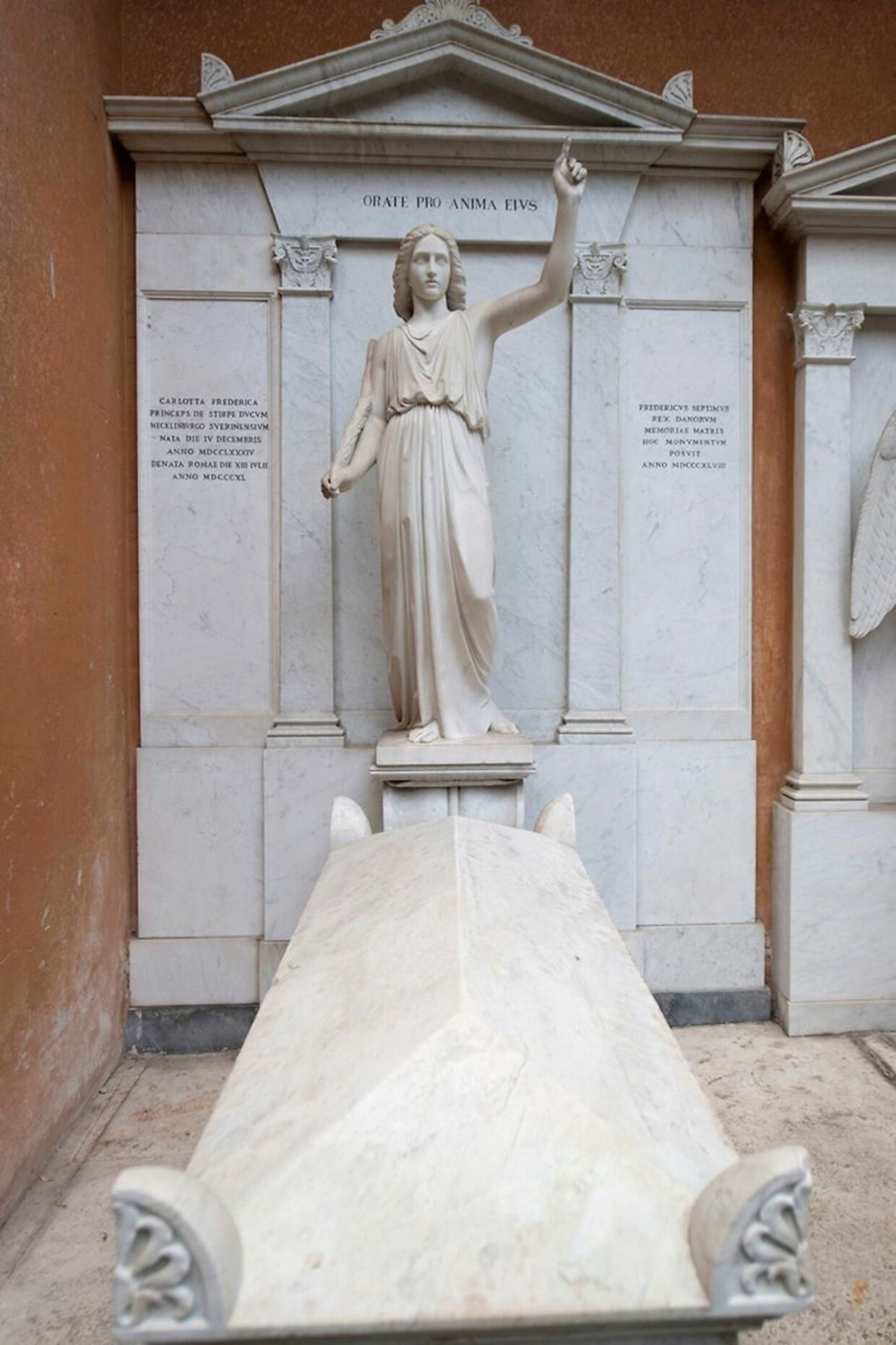 Familien til Emanuela Orlandi havde fået at vide, at de skulle lede efter hende 'under englen'.
