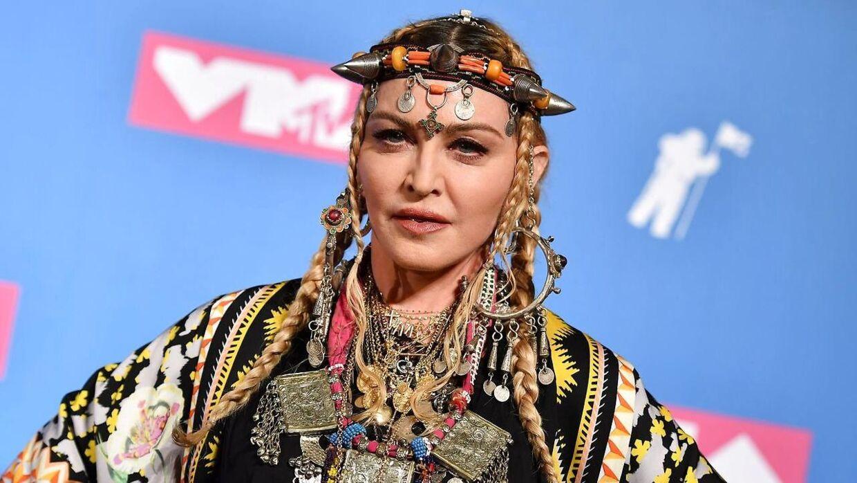 I 2015 afslørede Madonna sin romance med Tupac i et interview med radiopersonligheden Howard Stern. Her fortalte hun, at parret mødtes i 1993, og at de kort efter begyndte at se mere til hinanden.
