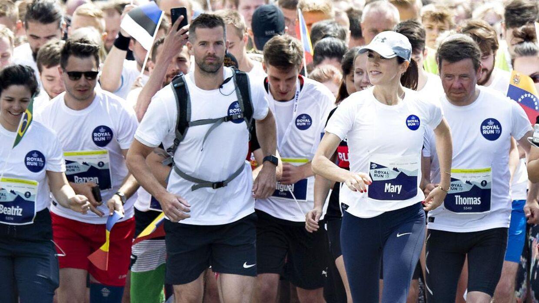 Det er de hvide t-shirts som flere af løbets deltagere endnu ikke har modtaget.