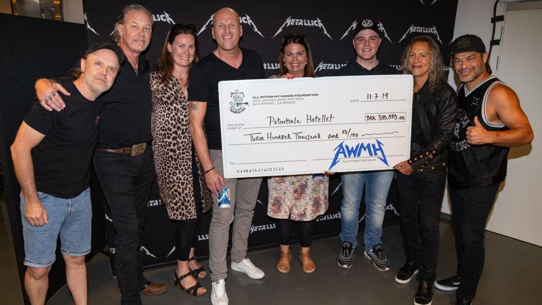 Alle nuværende medlemmer af det legendariske band troppede op og var med til at overrække den overvældende donation. (Foto: Metallica)