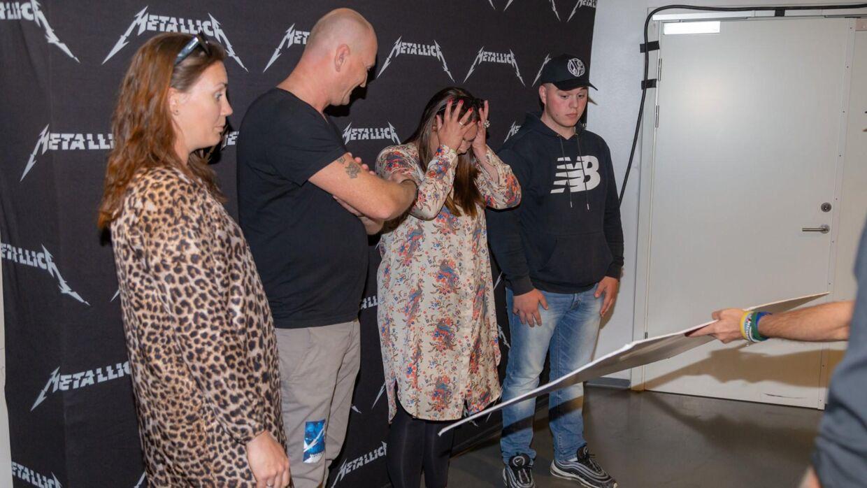 Sådan ser det ud, når man får overrakt en check på 300.000 kroner. (Foto: Metallica)