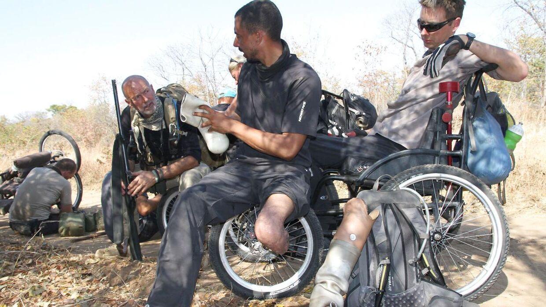 Jonathan Richter (i midten) var i 2012 med B.S. Christiansen og ni andre med et handicap i Afrika.