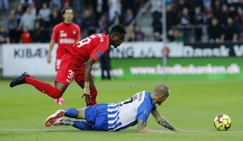 FCM's Frank Onyeka i duel med Esbjerg-spilleren Joni Kauko i fredag aftens Superliga-premiere.