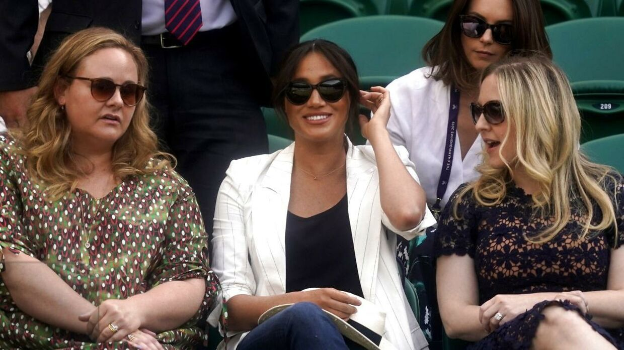 Hertuginde Meghan var med to veninder til Wimbledon for at se Serena Williams.