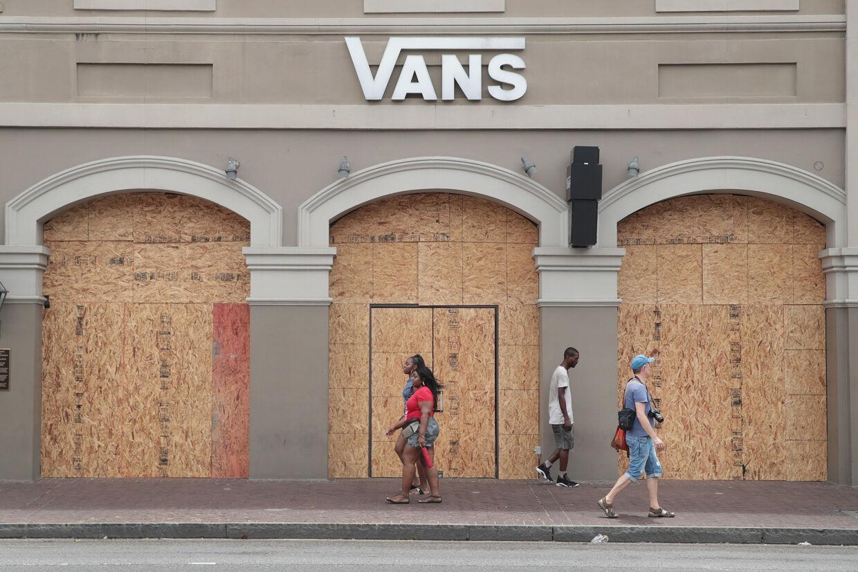 En Vans-skobutik i New Orleans franske kvarter havde fredag skærmet hele butikfronten af i frygt for de skader, der kunne blive påført butikken, når Barry gik i land. Scott Olson/Ritzau Scanpix