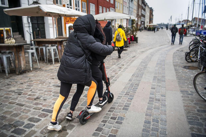Københavns Politi slår i disse dage hårdt ned på elløbehjulsbrugere, der ikke overholder færdselsloven. F.eks. som her, hvor to personer kører på ét løbehjul.