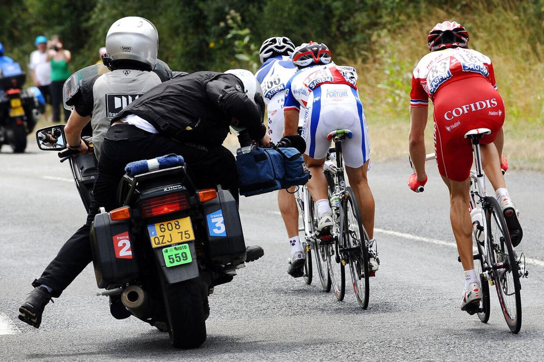 Motorcykler er der mange af til store cykelløb. Men nogle gange volder de store problemer.