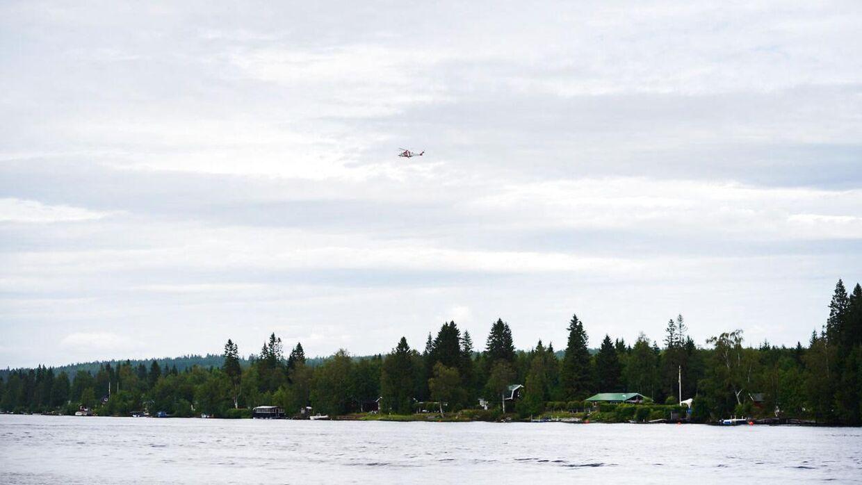 Der blev hurtigt tilkaldt en redningshelikopter, efter flyet med ni personer stydede ned. (Foto: 11630 Samuel Pettersson/Ritzau Scanpix)
