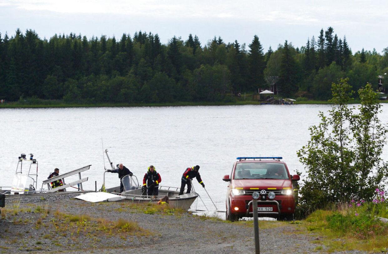 Redningsaktionen foregår både til vands og til lands. Her er dykkere på vej til ulykkesstedet. (Foto: 11630 Samuel Pettersson/Ritzau Scanpix)