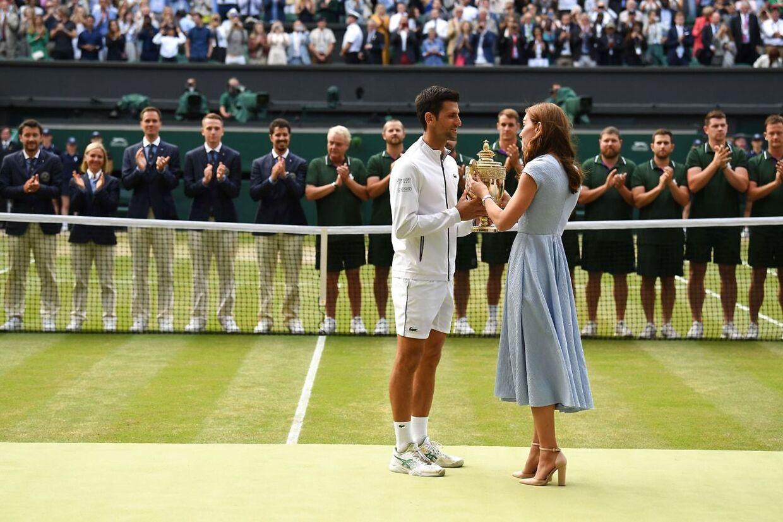 Djokovic får overrakt trofæet af Kate, hertuginde af Cambridge.