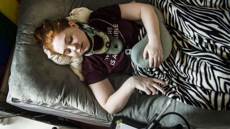 Olivia tilbringer det meste af dagen i sengen. Det gør ondt i nakken, hvis hun rejser sig eller skal sidde op.