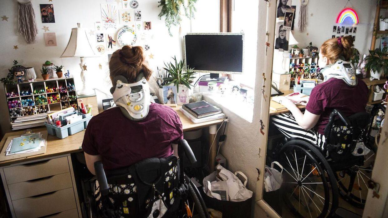 Olivia Ruseng Hermansen prøver at bevare et positivt sind. Håbet om en operation i Spanien holder hende oppe.