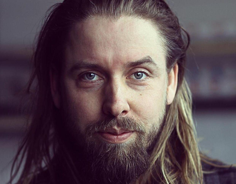 Anders Nielsen er en succesfuld tømrer og er rasende over, at folk kigger ned på håndværkerfag.
