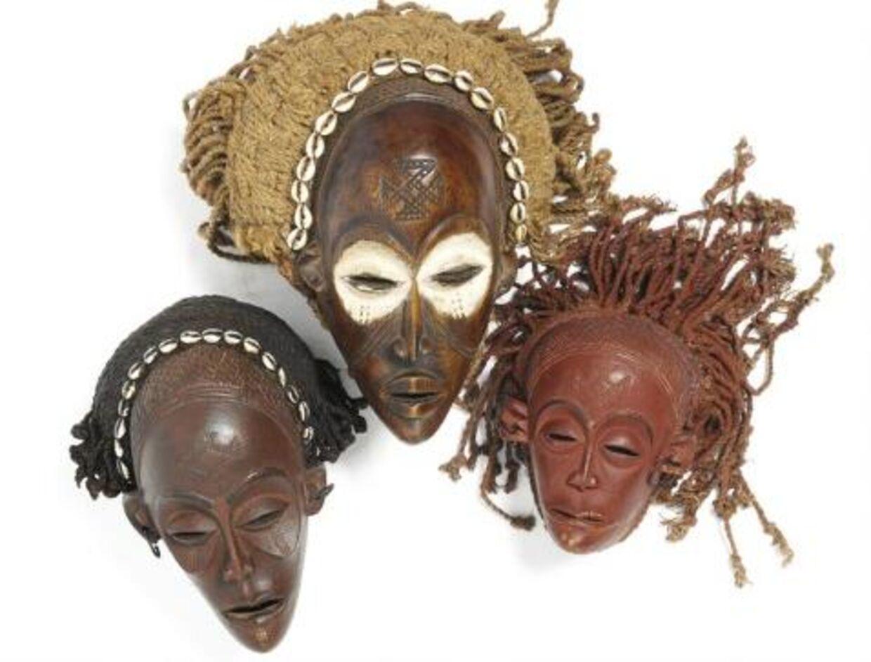 Disse tre dansemasker af patineret træ forventes at blive solgt til et beløb mellem 2000 og 4000 kroner.